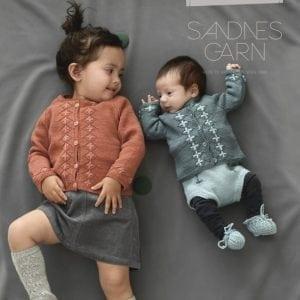 Agnes Strikket jakke til barn i DROPS Sky. Arbeidet er